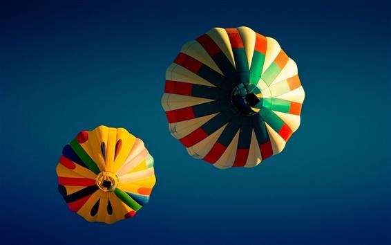 Fond d'écran Ballons chauds colorés dans le ciel bleu