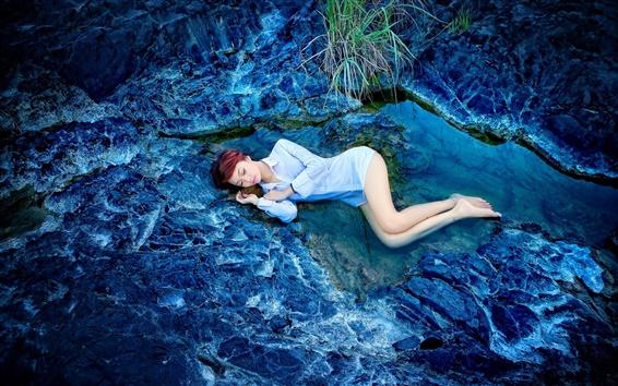 Fondos de pantalla Muchacha durmiente, rocas, agua, azul estilo