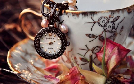 Fondos de pantalla Reloj, colgante, platillo, pétalos de flores secas