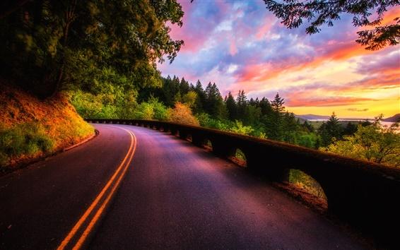 Papéis de Parede Belo cenário do por do sol, floresta, árvores, estrada, nuvens cores