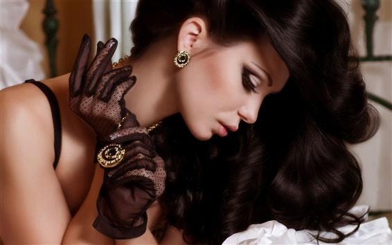 Обои Красивые черные волосы девушки, подвески, серьги, украшения
