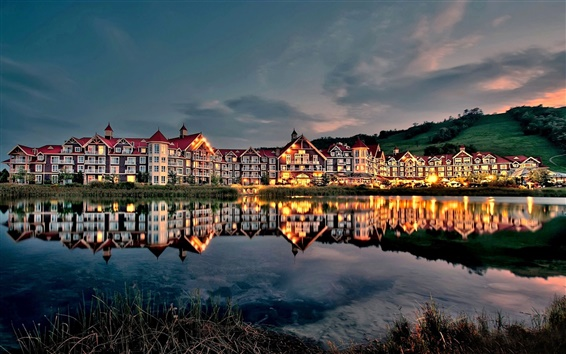 Fond d'écran maisons au bord du lac, le soir, au crépuscule, lumières, réflexion de l'eau