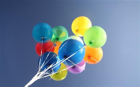 Fond d'écran Ballons colorés dans le ciel bleu
