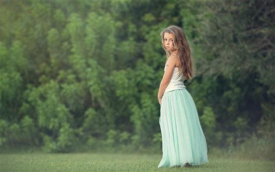 Fond d'écran Les cheveux longs petite fille regarder en arrière