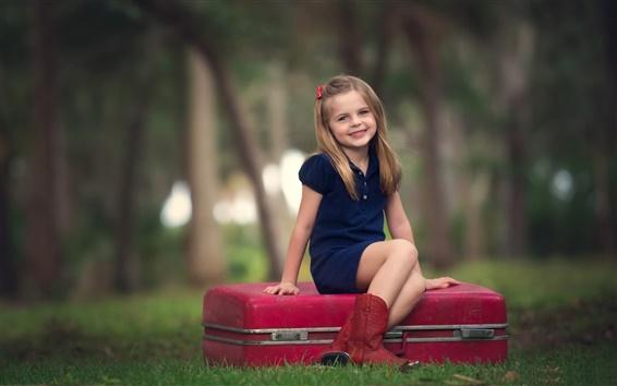 壁纸 微笑可爱的女孩,孩子,森林,箱