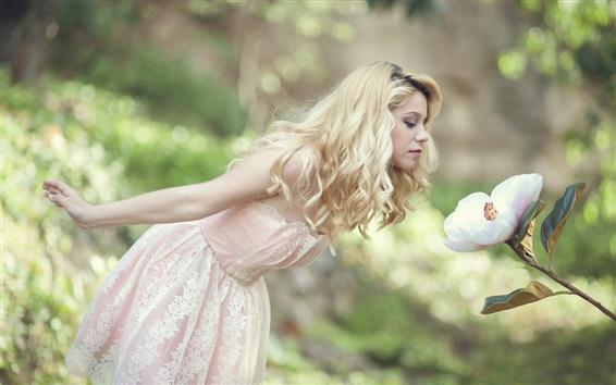 Fondos de pantalla Chica rubia, vestido blanco, flor