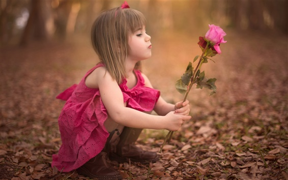 Fond d'écran Jolie petite fille tenant fleur rose
