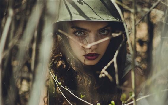 Обои Девушка лицо, шлем, лес