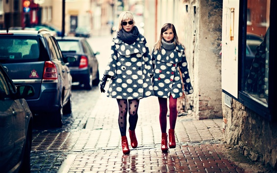 Wallpaper Mother and daughter, fashion, city, street