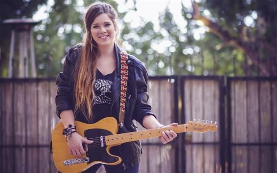 Обои Улыбаясь девушка, гитара, блики