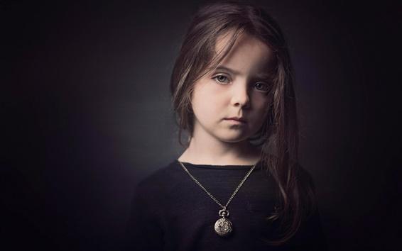 Fond d'écran La petite fille mignonne, robe noire, fond noir
