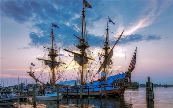 Fondos de pantalla Muelle, mar, barco, mástiles, velas, cuerdas, bandera, cielo, nubes