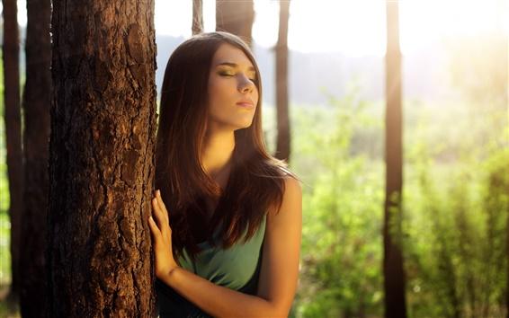 Fond d'écran Fille dans la forêt, à proximité des yeux, le soleil se sentir