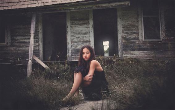 Обои Черное платье девушка сидеть на первом, травы, хижины