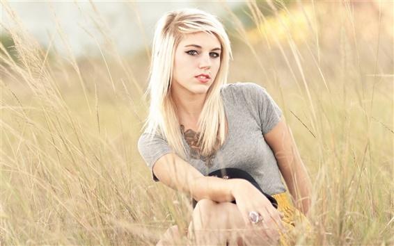 Fond d'écran Blonde fille dans l'herbe d'été