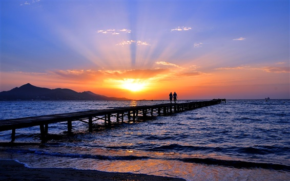 Fondos de pantalla Costa, mar, playa, puente, dos personas, cielo, puesta del sol, horizonte