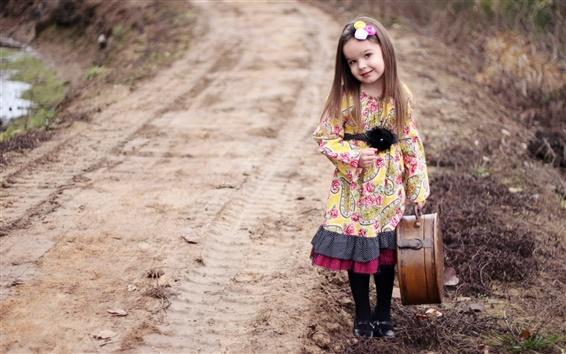 Обои Красивая милая девушка взять чемодан