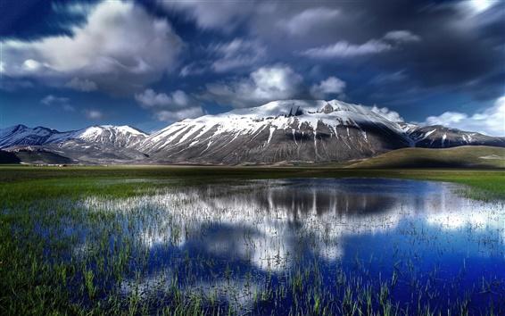 Обои Италия, горы Сибиллини, вода, трава, облака