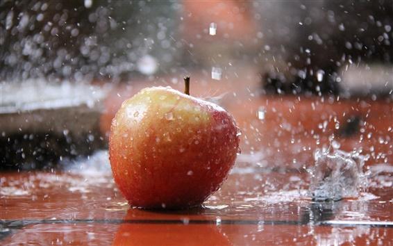 Обои Красное яблоко в дождь, брызги воды