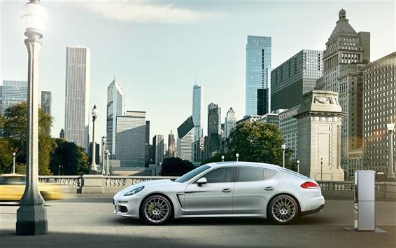 Обои Porsche Panamera E-Hybrid белый автомобиль в городе