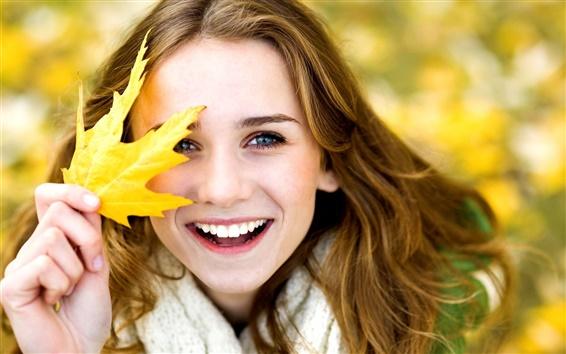 Обои Осень, улыбка девушка, радость, лист