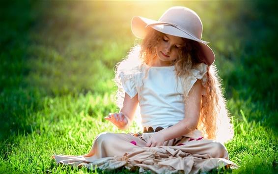 Fond d'écran Belle fille mignonne, enfant, chapeau, l'herbe, le soleil