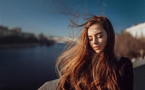 Fond d'écran Jeune fille aux cheveux longs, portrait, la lumière du soleil, du vent