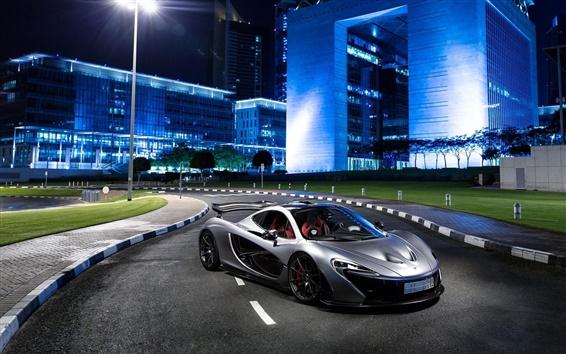 Обои McLaren P1 серебряный суперкар на город ночью
