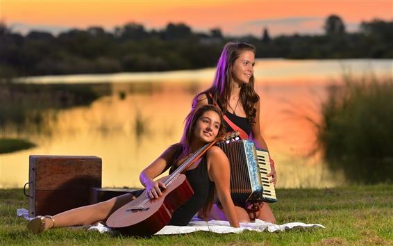 Fond d'écran Deux jeunes filles, la guitare, l'accordéon, de la musique