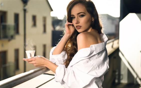Обои Белая рубашка девушка, чашка кофе