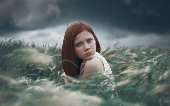 Fond d'écran Fille aux taches de rousseur, assis, de l'herbe
