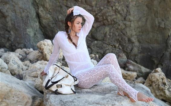 Обои Белые платья девушка, сумка, камни