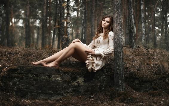 Обои Девушка в лесу, печаль, одиночество, ног