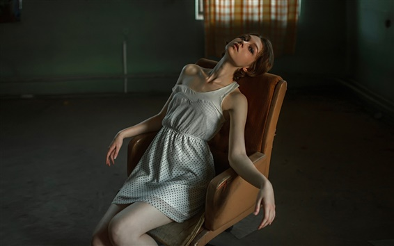 Fond d'écran Fille assise sur une chaise, hébété