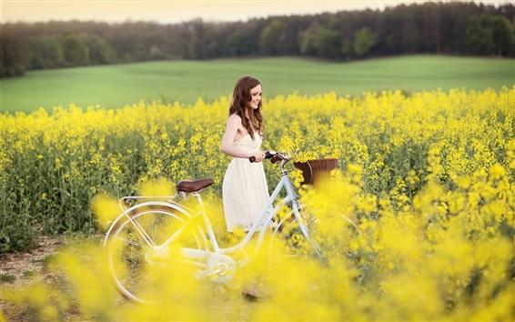 Fond d'écran Sourire fille, joie, vélo, fleurs jaunes, champ
