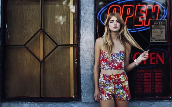Fond d'écran Jeune fille blonde, rue, vitrine