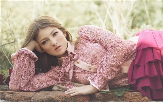 Обои Девушка лежать, розовое платье, природа