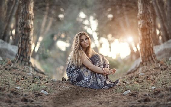 壁紙 少女は地面、森林、日の出の上に座って