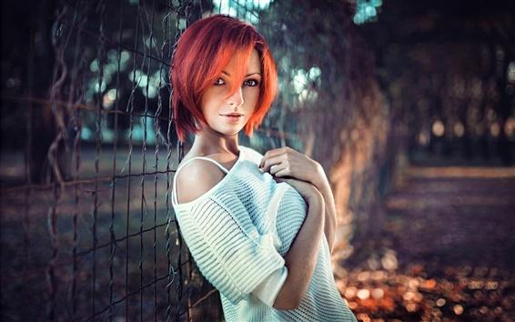 壁紙 赤髪のファッションの女の子、肖像画、フェンス