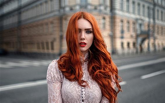 Обои Красные волосы девушка, ветер, макияж, город, боке