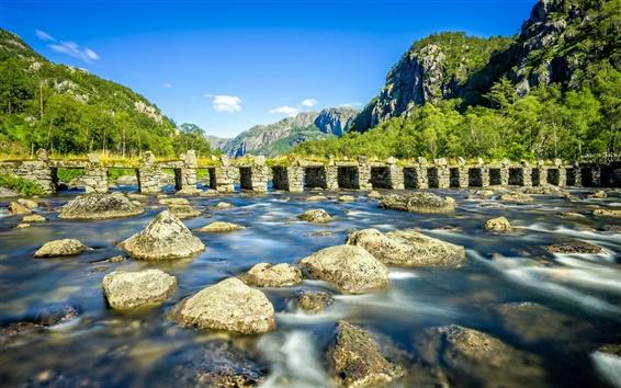 Fondos de pantalla Rogaland, Noruega, río, puente de piedra, rocas, montañas, árboles