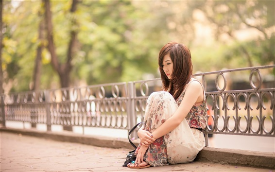 Fond d'écran Tristesse fille asiatique, assis dans la rue