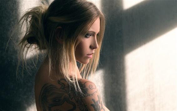 Fond d'écran Jeune fille blonde, tatouage, fenêtre