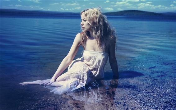 Fond d'écran Blonde fille dans l'eau, côte, mer