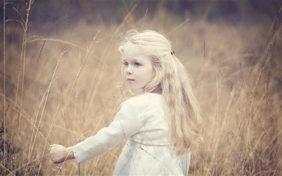 Обои Симпатичная маленькая девочка, блондинка, ветер, трава