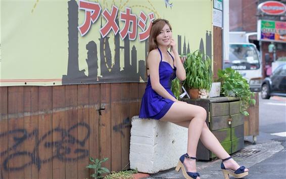 Обои Японская девушка, синее платье, улыбка, ноги