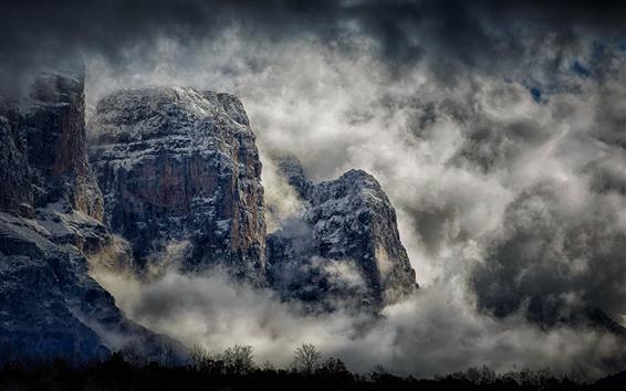 Fondos de pantalla Hermoso paisaje, montañas, acantilado, árboles, nubes, niebla