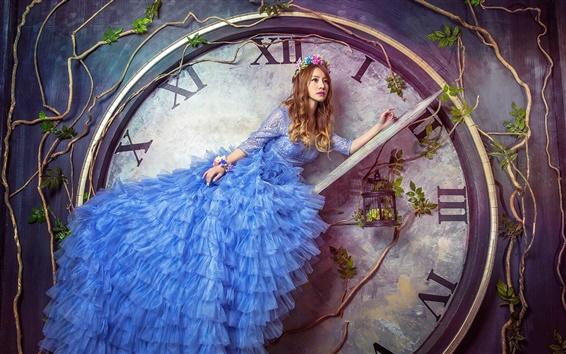 Fond d'écran Photos créatives, robe bleue fille, grosse montre