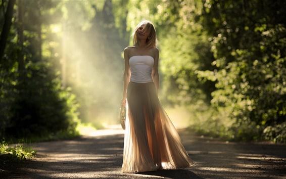 Fondos de pantalla Chica en la carretera, árboles, luz del sol, el brillo, el viento