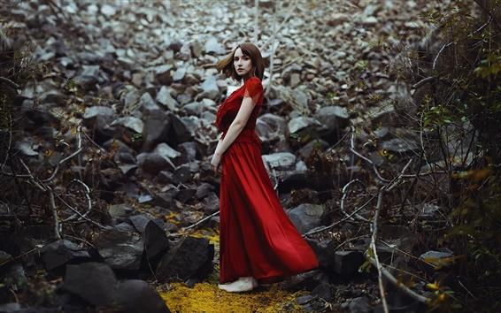 Fondos de pantalla niña de vestido rojo, pelo corto, piedras